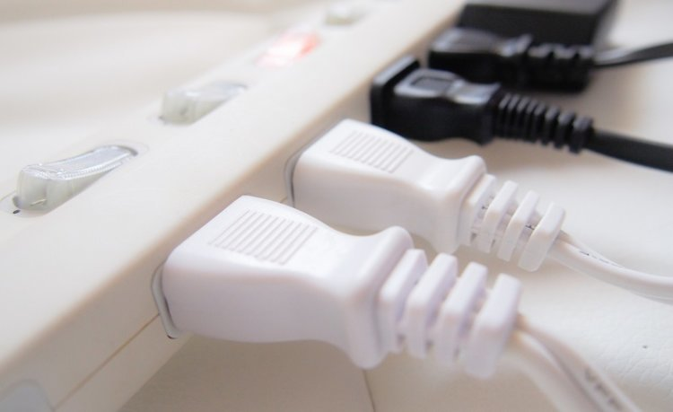 「auひかり 繋がらない」使用機器の電源は正常に挿さっているか?